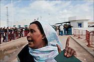 Au poste frontière de Ras Jedir une Egyptienne vient de fuir la Libye, elle s'adresse à la presse pour témoigner de la situation en Libye. Plus de 140 000 réfugiés ont déjà quitté la Libye par la Tunisie ou l'Egypte et des milliers continuent d'arriver chaque jours. Vendredi 25 Février 2011, Ras Jedir, Tunisie..© Benjamin Girette/IP3 press