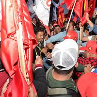 TOLUCA, Mexico (Mayo 09,2017).-  Militantes y simpatizantes del Partido del Trabajo PT, y del Movimiento de Reconstrucción Nacional MORENA, al calor del segundo debate de los candidatos a la gubernatura del Estado de México, por un momento se dieron empujones y jaloneos sin pasar a mayor percance. Agencia MVT. José Hernández.