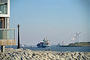 Nederland, the netherlands, 7-2-2018 Zicht op de Noordzee vanaf het strand van Hoek van Holland . Dagjesmensen en andere wandelaars genieten van het mooie weer en een enkele strantent is open voor koffie en ftrites . Foto: Flip Franssen