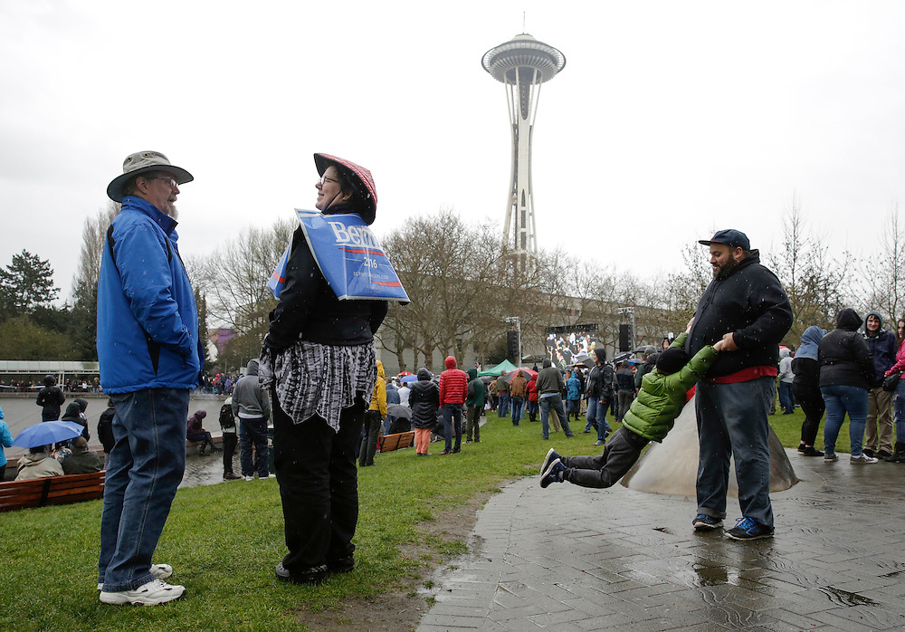People wait outside in an overflow viewing area to see Democratic presidential candidate Bernie Sanders speak at Key Arena on March 20, 2016 in Seattle.  AFP PHOTO/JASON REDMOND