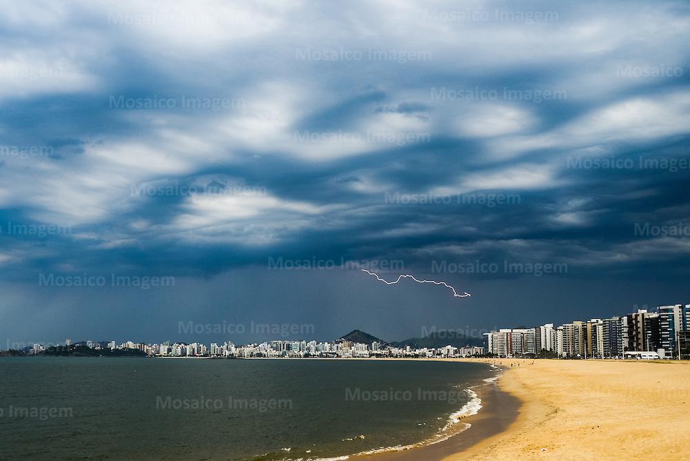 Brasil - Vitoria - Espirito Santo - Vista da Praia de Camburi com Tempo nublado e Raio ao Fundo - Foto: Gabriel Lordello/ Mosaico Imagem