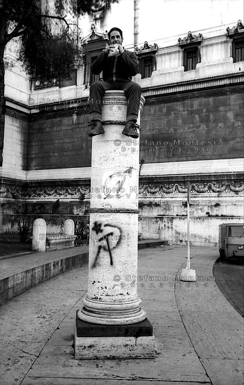 Roma.Pausa pranzo di un operaio su una colonna in via dei Fori Imperiali.Lunch for a worker on a column in via dei Fori Imperiali
