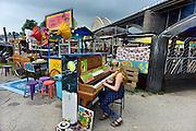 Nederland, Nijmegen, 12-7-2014Recreatie, ontspanning, cultuur, muziek en theater op het festival de Kaaij onder de waalbrug in de stad aan de rivier Waal tijdens de zomerfeesten. Een piano mag door iedereen bespeeld worden. Een van de vele feestlocaties in de stad. De vierdaagsefeesten zijn het grootste evenement van Nederland.Foto: Flip Franssen/Hollandse Hoogte