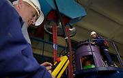 Ouvriers dans la centrale hydroélectrique de l'usine Electrobroc du GroupE à Broc, mai 2010. Zwei Arbeiter in der Zentrale des Kraftwerkes von ElectroBroc.© Romano P. Riedo