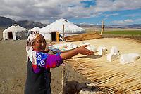 Mongolie. Province de Bayan Olgii. Campement de yourte kazak dans le parc national de Tsambagarav. Population Kazak. Sechage du fromage. // Mongolia. Bayan Olgii province. Kazak yurt camp on the Tsambagarav National Parc. Kazak population. Dried cheese.