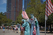 = human sculpture,in the streets, statue of liberty  in lower manhattan  area. New york - United states  Manhattan  ///  sculpture humaine, statue de la liberte a bowling green New york - Etats unis +