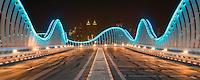Die Meydan Brücke in Dubai am Abend mit Blick auf die Skyline