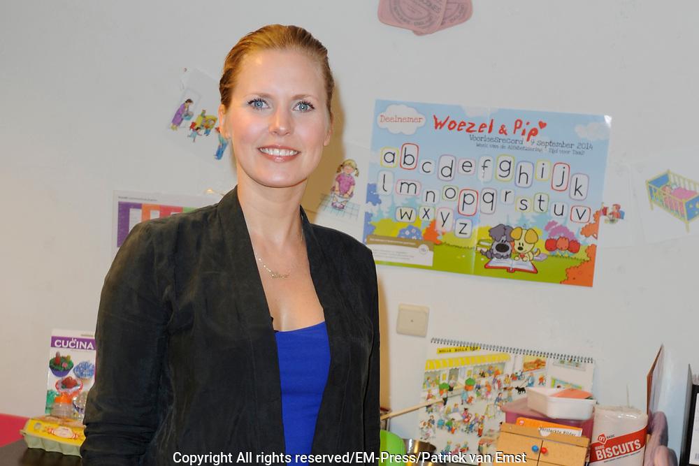 Zwangere Bettina Holwerda leest peuters en kleuters voor tijdens het Woezel &amp; Pip voorleesrecord op het Kinderdagverblijf Buddie , Amsterdam<br /> <br /> Op de foto: Bettina Holwerda