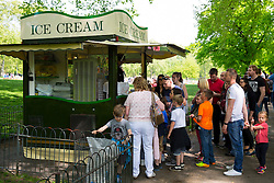 © licensed to London News Pictures. London, UK 05/05/2014. People queuing to buy ice cream whilst  enjoying the sunshine and bank holiday in St James's Park in central London on Monday, May 5, 2014. Photo credit: Tolga Akmen/LNP