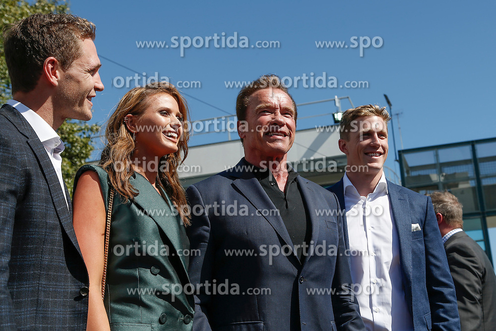 20.03.2016, Albert Park Circuit, Melbourne, AUS, FIA, Formel 1, Grand Prix von Australien, Rennen, im Bild Arnold Schwarzenegger (AUT) and Elyse Knowles (AUS) Model // during Race for the FIA Formula One Grand Prix of Australia at the Albert Park Circuit in Melbourne, Australia on 2016/03/20. EXPA Pictures &copy; 2016, PhotoCredit: EXPA/ Sutton Images/ Goria/<br /> <br /> *****ATTENTION - for AUT, SLO, CRO, SRB, BIH, MAZ only*****