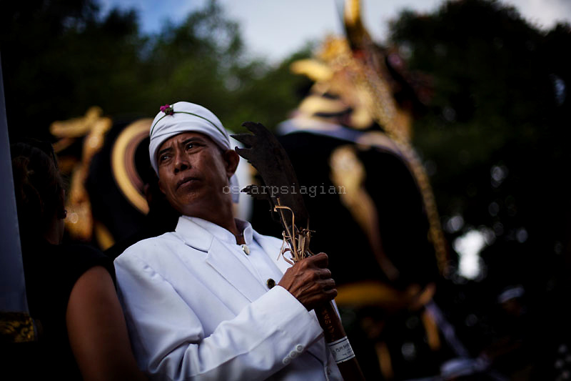 A pedanda (high priest) hold a relic in Pelebon Ceremony of Anak Agung Niang Rai of Puri Agung Ubud, The wife of King Of Ubud. Pelebon Ceremony or  Ngaben ceremony is a ceremony to purify and return the  five element of the universe that form the life itself in human body to the universe