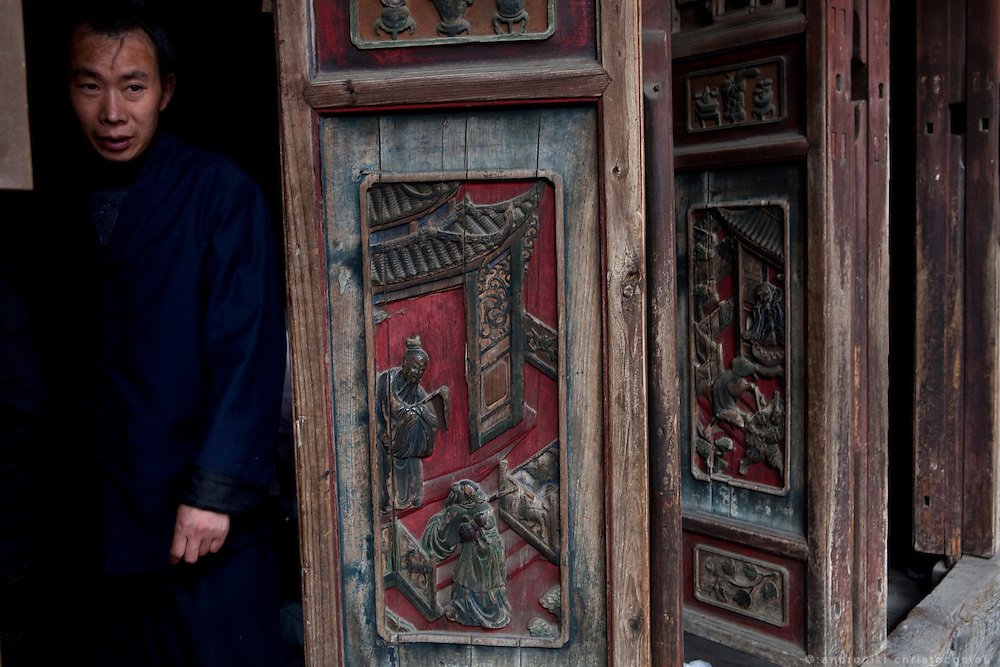 Asia, China, Hubei province.  Taoist monk in one of the temples of the Golden Palace on the Heavenly Pillar Peak of Wudang moutain (Wudang-san), a World Heritage mountain with many Taoist monasteries.