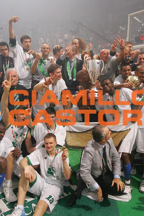 DESCRIZIONE : Siena Lega A1 2006-07 Playoff Finale Gara 3 Montepaschi Siena VidiVici Virtus Bologna <br /> GIOCATORE : Team Siena Coppa <br /> SQUADRA : Montepaschi Siena <br /> EVENTO : Campionato Lega A1 2006-2007 Playoff Finale Gara 3 <br /> GARA : Montepaschi Siena VidiVici Virtus Bologna <br /> DATA : 17/06/2007 <br /> CATEGORIA : Esultanza <br /> SPORT : Pallacanestro <br /> AUTORE : Agenzia Ciamillo-Castoria/P.Lazzeroni