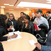 Nederland Rotterdam 26-03-2009 20090326 Foto: David Rozing ..Serie UWV,  bijeenkomst daad voor werklozen. Zij krijgen informatie over een mogelijke baan waar zij zicvh voor in kunnen schrijven. DAAD helpt werkgevers deze kloof te dichten door ze bij te staan met werving, scholing en reïntegratietrajecten. Zo draagt DAAD bij aan een betere én tijdige match tussen werkgevers en werkzoekenden. En daar profiteert de hele Rotterdamse economie van. UWV Werkbedrijf lokatie Schiekade centrum Rotterdam, de vroegere arbeidsbureaus ( CWI UWV ) De werkloosheid in Nederland begint op te lopen. Dat blijkt uit de jongste cijfers die het Centraal Bureau voor de Statistiek (CBS) de oorzaak is de krediet crisis Holland, The Netherlands, dutch, Pays Bas, Europe,  , allochtoon, allochtone, vrouw, meid, jonge, jonge,  allochtonen, , digitaal, digitale, browsen, surfen naar, online, inschrijven, inschrijving, . ., economische, financien, financiele, krimp, krimpen, nederlandse, economy.Foto: David Rozing