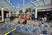 Nederland, Nijmegen, 8-9-2009Studenten en Vogelaarwijk Hatert. Winkelcentrum.Foto: Flip Franssen/Hollandse Hoogte