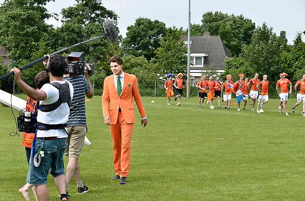 Nederland, Wijchen, 7-6-2014Spelers van de Woezik figureren in een filmpje van Heineken tgv wereldkampioenschap voetbal.Het 11e mannenteam van SC Woezik speelt de hoofdrol in een commercial van bierbrouwer Heineken. Gezicht van het biermerk in deze campagne, Marco van Houwelingen, zweept de spelers nog even op.Foto: Flip Franssen/Hollandse Hoogte