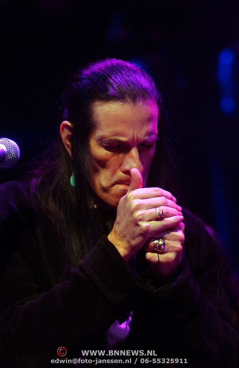 NLD/Amsterdam/20050718 - Concert Willy DeVille steekt een sigaret op