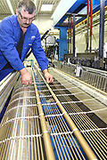 D&uuml;ren. 15.03.17 | BILD- ID 042 |<br /> GKD - Gebr. Kufferath AG. Metallfassade f&uuml;r die Neue Mannheimer Kunsthalle.<br /> Das Unternehmen in D&uuml;ren produziert Fassaden f&uuml;r die Architektur aus Metall. Ein gewebtes Metallgitter wird von Aussen an die Fassade montiert. <br /> Kunsthallendirektorin Dr. Ulrike Lorenz besucht das Unternehmen in D&uuml;ren und freut sich &uuml;ber die technische Umsetzung mit einer speziell goldenen Pigmentierung der Edelstahlstreben.<br /> Bild: Markus Prosswitz 15MAR17 / masterpress (Bild ist honorarpflichtig - No Model Release!)