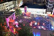 Nederland, The Netherlands, Nijmegen, 19-7-2015 Recreatie, ontspanning, cultuur, dans, theater en muziek in de binnenstad. Het podium op Plein44 trekt elke avond veel publiek. Onlosmakelijk met de vierdaagse, 4daagse, zijn in Nijmegen de vierdaagse feesten, de zomerfeesten. Talrijke podia staat een keur aan artiesten, voor elk wat wils. Een week lang elke avond komen ruim honderdduizend bezoekers naar de stad. De politie heeft inmiddels grote ervaring met het spreiden van de mensen, het zgn. crowd control. De vierdaagsefeesten zijn het grootste evenement van Nederland en verbonden met de wandelvierdaagse. Hier het podium op de Waalkade Foto: Flip Franssen