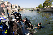 Paris, France. 1er Mai 2009..Brigade Fluviale de Paris..10h21 En entrainement de natation (pendant une heure environ)...Paris, France. May 1st 2009..Paris fluvial squad..10:21 am Swimming training (about an hour)..