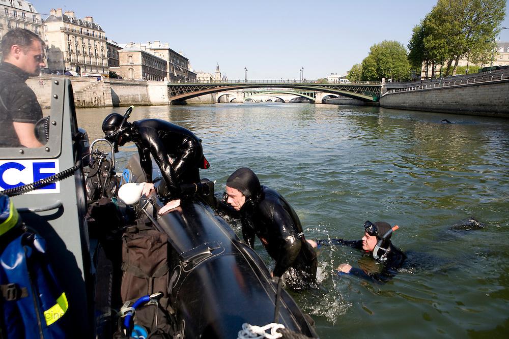 Paris, France. 1er Mai 2009..Brigade Fluviale de Paris..10h21 En entrainement de natation (pendant une heure environ)...Paris, France. May 1st 2009..Paris fluvial squad..10:21 am Swimming training (about an hour)..