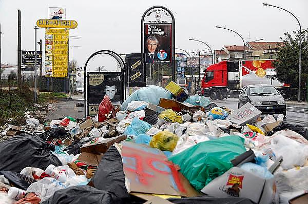 Italie, Capua, 6-3-2008..Afvalbergen in de straten van Napels en omgeving. De stad weet met zijn afval geen raad meer en in het hele gebied liggen illegale hopen afval. Een nieuwe vuilverbrandingsoven is pas in 2009 bedrijfsklaar. Tot die tijd heeft de maffia, camorra grote invloed op de afvalverwerking van deze stad...Industrieel afval en huishoudelijk afval veroorzaken grote water en bodemvervuiling, terwijl de streek een belangrijk tuinbouwgebied is...Foto: Flip Franssen