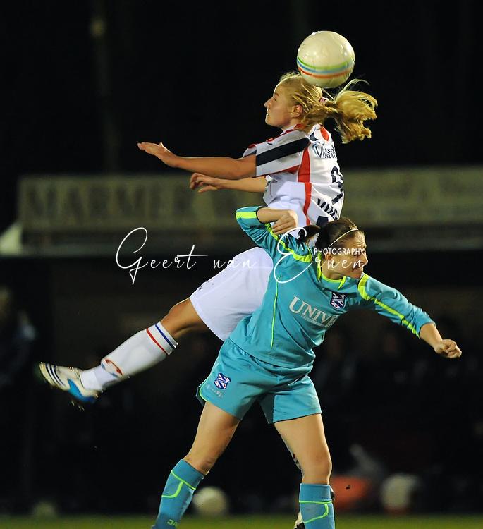 19-03-2009: voetbal:Vrouwen:Willem II:SC Heerenveen:Tilburg<br /> Dominque Vugts wint het luchtduel van Atty Eelkema<br /> Fotograaf: Geert van Erven