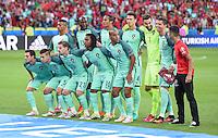 FUSSBALL EURO 2016 HALBFINALE IN LYON Portugal - Wales          06.07.2016 Ein Fan schiebt sich elegant mit auf das Mannschaftsfoto der Portugiesen, direkt neben Cristiano Ronaldo. Ein Erinnerungsfoto fuer die Ewigkeit