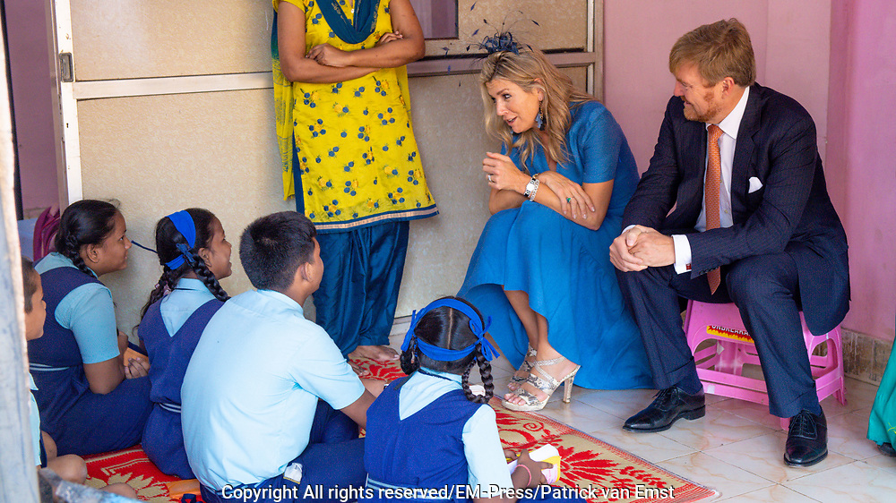Zijne Majesteit Koning Willem-Alexander en Hare Majesteit Koningin Máxima brengen op uitnodiging van president Ram Nath Kovind een staatsbezoek aan de Republiek India.<br /> <br /> His Majesty King Willem-Alexander and Her Majesty Queen Máxima on a state visit to the Republic of India at the invitation of President Ram Nath Kovind.<br /> <br /> Op de foto / On the photo: Bezoek aan Tiny Miracles<br /> in Gol Maidan een organisatie die zich richt op het creeren van duurzame werkgelegenheid en het verlenen van sociale dienstverlening aan de medewerkers. /// Visit to Tiny Miracles in Gol Maidan an organization that focuses on creating sustainable employment and providing social services to employees.