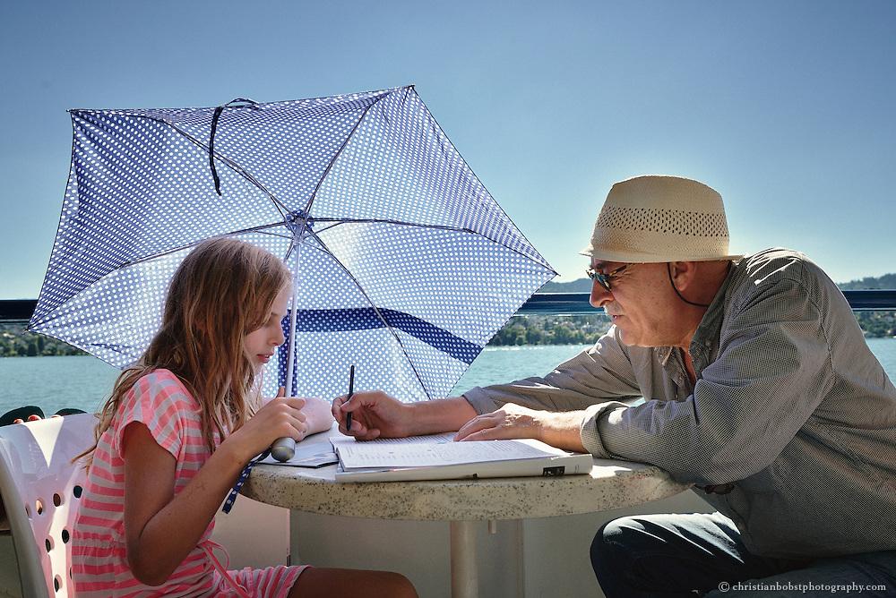 ZVV, Schiffahrt Zürichsee, Grossvater hilft Tochter beim Hausaufgaben machen. Kontakt Model release: rachel.sauter@bluewin.ch, +41788555292