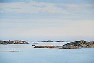 Eka färdas vid låga skär  och horisonteen vid Stora-Nassa i Stockholms ytterskärgård