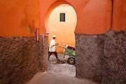 198 / Strassenszene in Marrakesch: AFRIKA, MAR, MAROKKO, MARRAKESH, MARRAKESCH, 25.09.2010: Ein Mann mit Schubkarre in den engen Gassen von Marrakesch. Marrakesch liegt am Fuße des Hohen Atlas und zaehlt neben Meknes, Fes und Rabat zu den Koenigsstaedten Marokkos. - Marco del Pra / imagetrust - Stichworte: Afrika, Almohaden, Altstadt, architektur, Atlas, Islam, Karre, Koenig, Koenigreich, Koenigsstadt, Koenigsstaedten Marokkos, Mann, MAR, Marokko, Marrakesch, Marrakesh, medina, Model Release:No, mohammed VI, Muslim, muslimisch, Orient, orientalisch, Property Release:No, Religion, Schubkarre, Stichwort, Strassenszene, Mann,