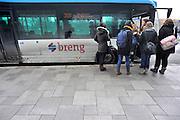 Nederland, Nijmegen, 9-2-2012Leerlingen, scholieren, studenten van de ROC stappen in een bus van busbedrijfBreng, onderdeel van Connexxion, openbaar vervoer, busvervoer in de regio Arnhem Nijmegen.Foto: Flip Franssen/Hollandse Hoogte