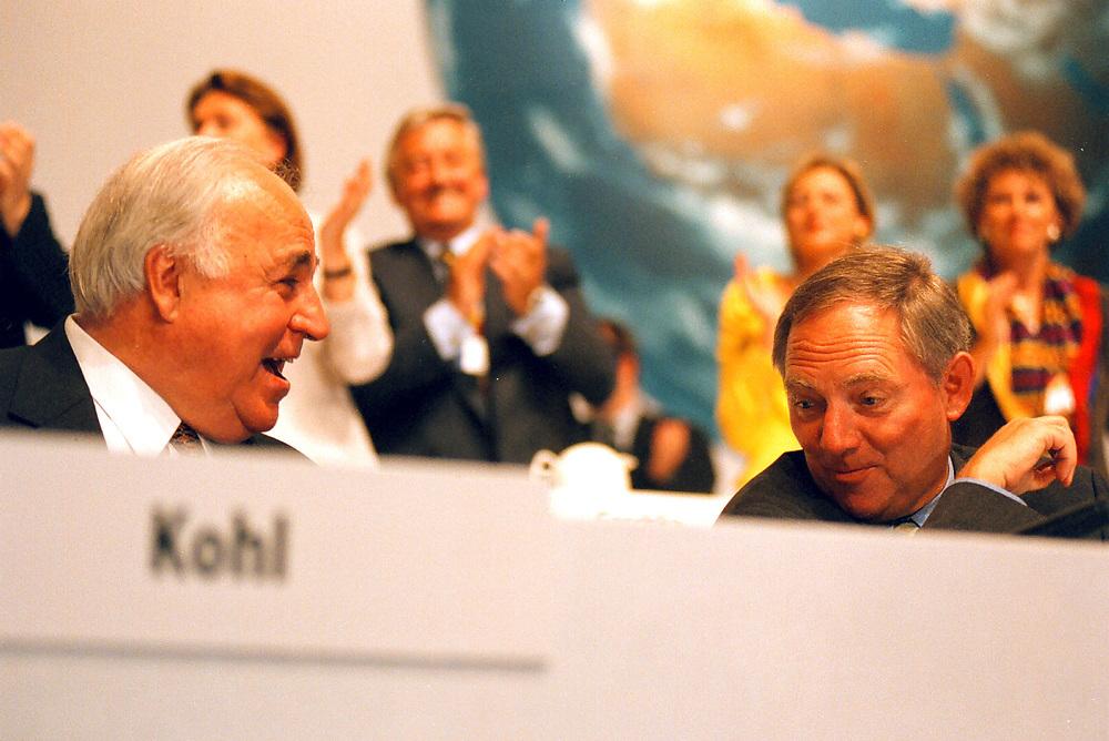 &copy;  christian  JUNGEBLODT.<br /> CDU Bundesparteitag in Bremen 1998<br /> DR. HELMUT KOHL , BUNDESKANZLER und <br /> WOLFGANG SCH&Auml;UBLE, Fraktionsvorsitzender (r.)<br /> Bremen 18.05.1998