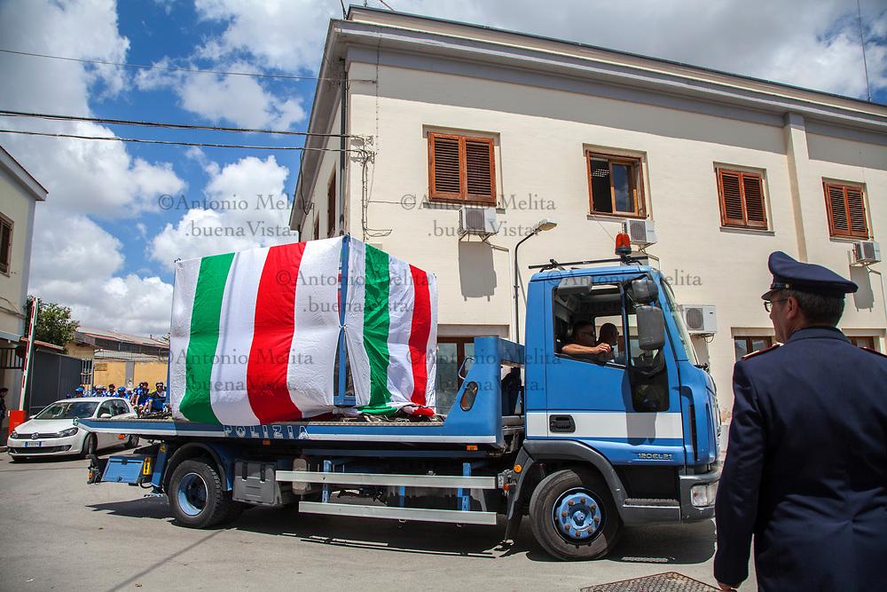 """L'arrivo dell'auto di scorta """"Quarto Savona Quindici"""" alla caserma Lungaro di Palermo."""