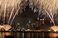 New York.  fireworks on hudson river Manhattan  skyline Midtown, times square buildings and hudson river , New York - feu d'artifice sur l hudson United states  / le skyline de Manhattan Midtown , la ligne des gratte ciel de time square,  New York - Etats-unis