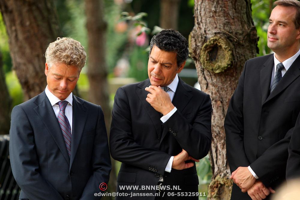 NLD/Amsterdam/20070823 - Begrafenis Jos Brink, familie, Steven Oomen, zoon Paul van Ewijk en Frank Sanders