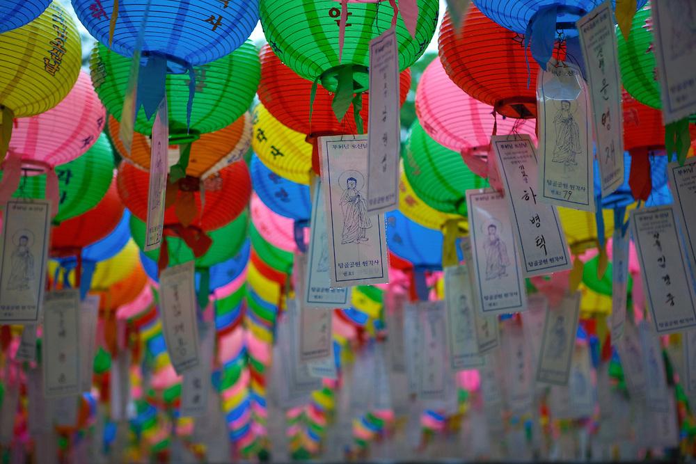 F&uuml;r die Feierlichkeiten von Buddhas Geburtstag (2. Mai diesen Jahres) werden Tempel mit bunten Lampions dekoriert. Aus den Laternen haengen Papierstreifen mit W&uuml;nschen. Fast jeder Besucher kauft sich einen Wunschzettel, der dann mit Namen und Wunsch beschriftet an einem Lampion befestigt werden.<br /> <br /> In Korea the birthday of Buddha is celebrated according to the Lunisolar calendar. This day is called &quot;Seokga tansinil&quot;, meaning &quot;the day of Buddha's birthday&quot;. Lotus lanterns cover the entire temples throughout the month. Visitors can buy a paper, write a wish to that paper and fix it with their name to a lantern.