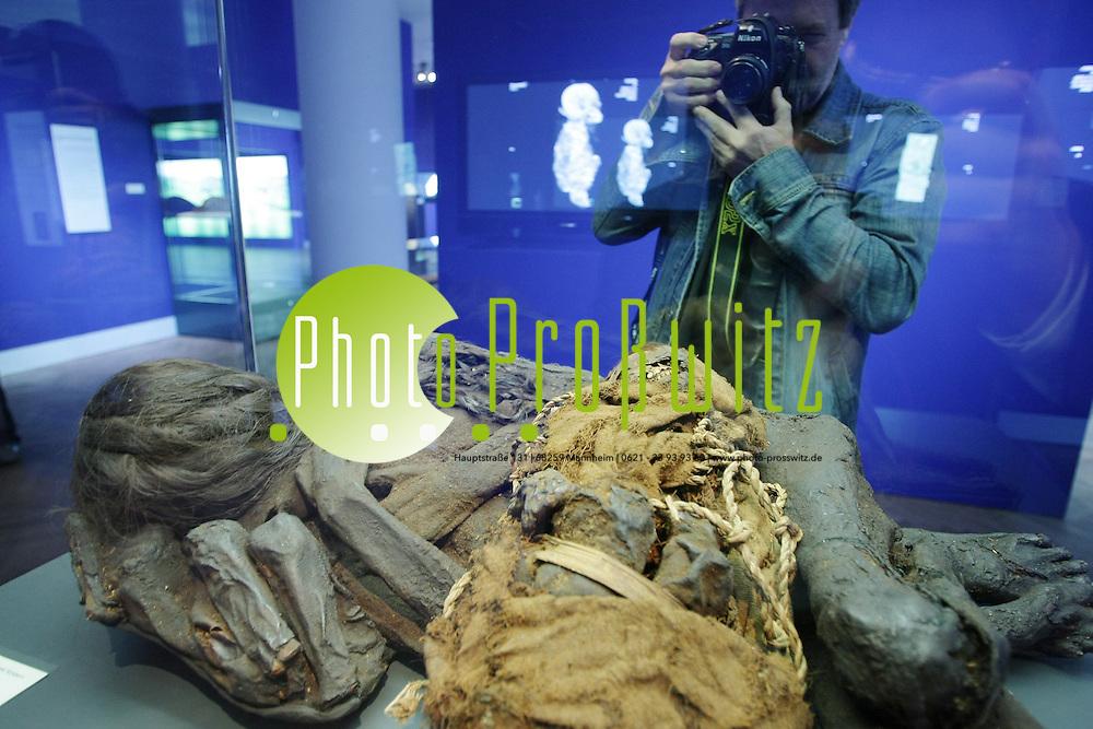 Mannheim. Reiss Engelhorn Museen. Zeughaus. Mumienausstellung &quot;Der Traum vom ewigen Leben&quot;. <br /> - Mumie einer Frau und zwei Kindern .Pr&auml;kolumbisch. S&uuml;damerika.<br /> Bild: Markus Pro&szlig;witz<br /> ++++ Archivbilder und weitere Motive finden Sie auch in unserem OnlineArchiv. www.masterpress.org ++++