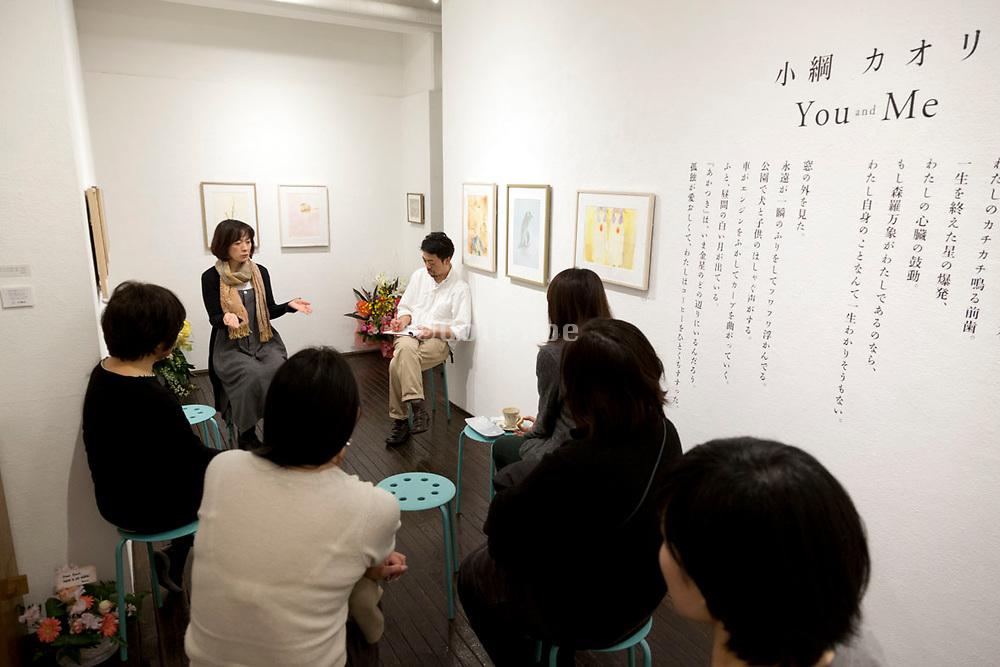 """Ajisaka Kanemitsu talk with artist Kaori Ozuna during her """"You and Me"""" exhibition at ITohen in Osaka December 2017"""