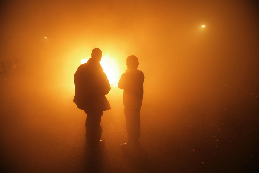 A new years celebration fire in foggy conditions // Een vreugdevuur tijdens de viering van oud en nieuw in Groningen, onder mistige omstandigheden.