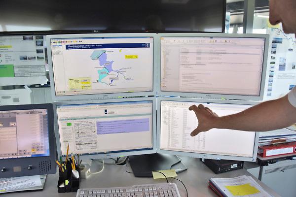 Nederland, the netherlands, Lelystad, 15-6-2018 Het sluizencomplex bij Lelystad speelt een belangrijke rol in de waterverdeling vanuit het IJsselmeer . Met de aanhoudende droogte wordt er gespuid om het grondwaterpeil in het achterland op hoogte te houden . Door de verschillende sluizen en stuwen te gebruiken kan de waterstand op de cm. nauwkeurig geregeld wordenFoto: Flip Franssen