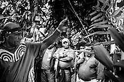 NOUVELLE CALEDONIE, Canala - Coutume du mariage Kanak - Grande coutume finale - Les clans de l'epouse viennent chercher la grande coutume faisant office de dotte pour le paiement de la femme. La coutume debute par une parole d'entree et un geste coutumier. Ensuite, les oncles maternels de l'homme  reaffirment la nouvelle alliance entre les clans des montagne et ceux de la mer. Elle comprends en un tas pour l'achat de la femme et un tas pour les enfants un très gros volume d'ignames, de trao d'eau, de noix de coco, canne a sucre, de nombreux legumes et aliments, riz, huile sucre. Les manu sont empiles, recouvert de vetements, serviettes, puis d'une grosse somme d'argent. Enfin par des pieces de tapa et les monaies Kanak sont ouverte et presentes la tete vers les hotes. La remise de la grande coutume conclue le mariage. Celle-ci est acceptee et recouverte par les manu puis emportee dans plusieurs vehicule.-  Aire Coutumiere de XARACUU - Canala - Tribu de Nanon-Kenerou - Le Caillou - Septembre 2013