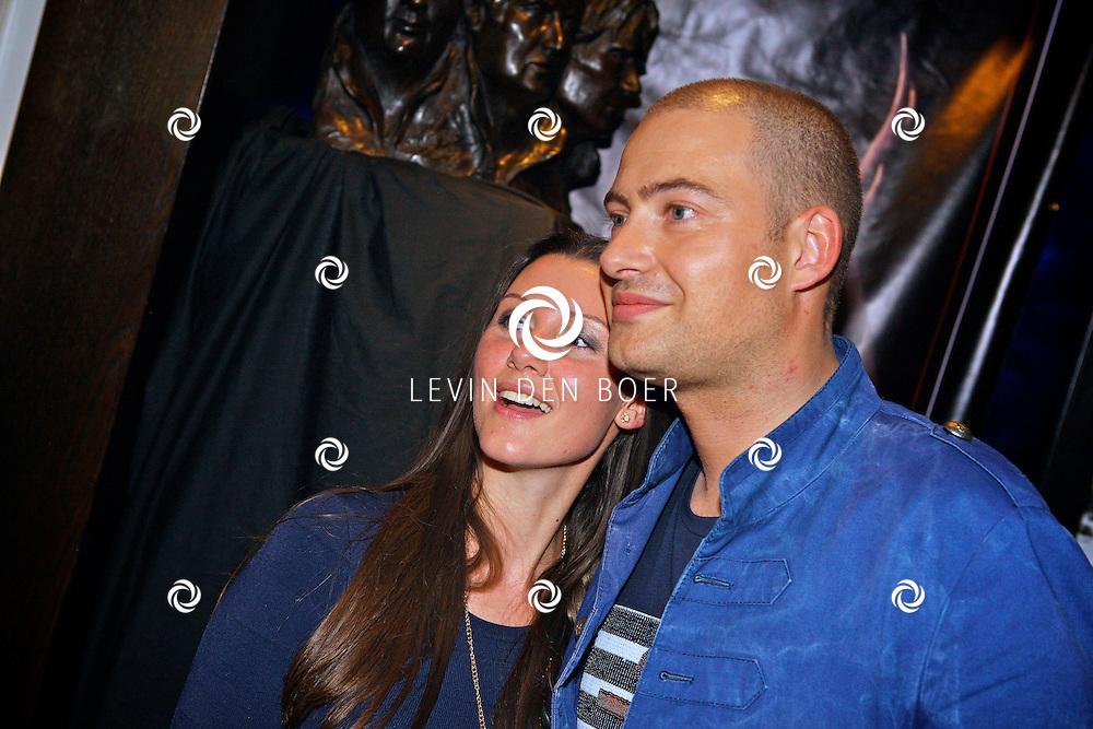 AMSTERDAM - Na het grote Toppers concert mochten de VIPS over de rode loper naar het VIP feest.  Met op de foto rapper Lange Frans en zijn vrouw Danielle van Aalderen. FOTO LEVIN DEN BOER - PERSFOTO.NU