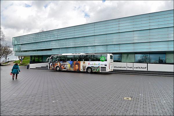 Nederland, Nijmegen, 31-3-2015Een museumplusbus staat voor het nijmeegse gemeentemuseum het Valkhof. De bankgiro loterij is sponsor voor veel culturele instellingen in ons land.FOTO: FLIP FRANSSEN/ HOLLANDSE HOOGTE