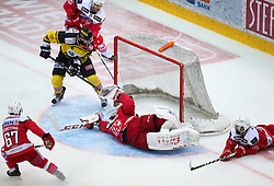 26.10.2016, Albert Schultz Halle, Wien, AUT, EBEL, UPC Vienna Capitals vs EC KAC, 14. Runde, im Bild Tor fuer die Capitals, Kevin Schettina (EC KAC), Macgregor Sharp (UPC Vienna Capitals), Thomas Hundertpfund (EC KAC), Tomas Duba (EC KAC) und Martin Schumnig (EC KAC) // during the Erste Bank Icehockey League 14th Round match between UPC Vienna Capitals and EC KAC at the Albert Schultz Ice Arena, Vienna, Austria on 2016/10/26. EXPA Pictures © 2016, PhotoCredit: EXPA/ Thomas Haumer