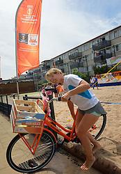 26-06-2015 NED: WK Beach volleyball on tour, Den Haag<br /> BvdGF en Nederlandse Volleybal Bond (Nevobo) organiseren van 24 t/m 27 juni 2015 een driedaagse fietstocht door Nederland. Tijdens deze tocht worden er WK-beachvolleyballen uitgereikt aan diverse beachvolleybalverenigingen, (basis)scholen, bedrijven en organisaties / Team Den Haag deed ook de De Haagse Sporttuin Schilderswijk aan.