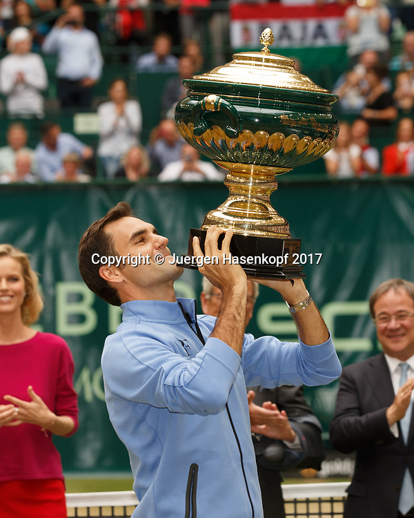 ROGER FEDERER (SUI) mit Pokal, Siegerehrung, Praesentation<br /> <br /> Tennis - Gerry Weber Open - ATP 500 -  Gerry Weber Stadion - Halle / Westf. - Nordrhein Westfalen - Germany  - 25 June 2017. <br /> &copy; Juergen Hasenkopf