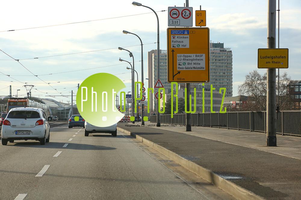 Ludwigshafen. 10.01.18 | <br /> Hochstra&szlig;e S&uuml;d. Aktive Geschwindigkeitsreduzierung und LKW Durchfahrtssperre wegen Br&uuml;ckensch&auml;den. Schilder auf der Hochstra&szlig;e S&uuml;d (B 37) aus Richtung Mannheim kommend vor der Lkw-Sperre. Diese zeigen noch 2 Meter als Maximalbreite an.<br /> <br /> Bild: Markus Prosswitz 10JAN18 / masterpress (Bild ist honorarpflichtig - No Model Release!) <br /> BILD- ID 00048 |