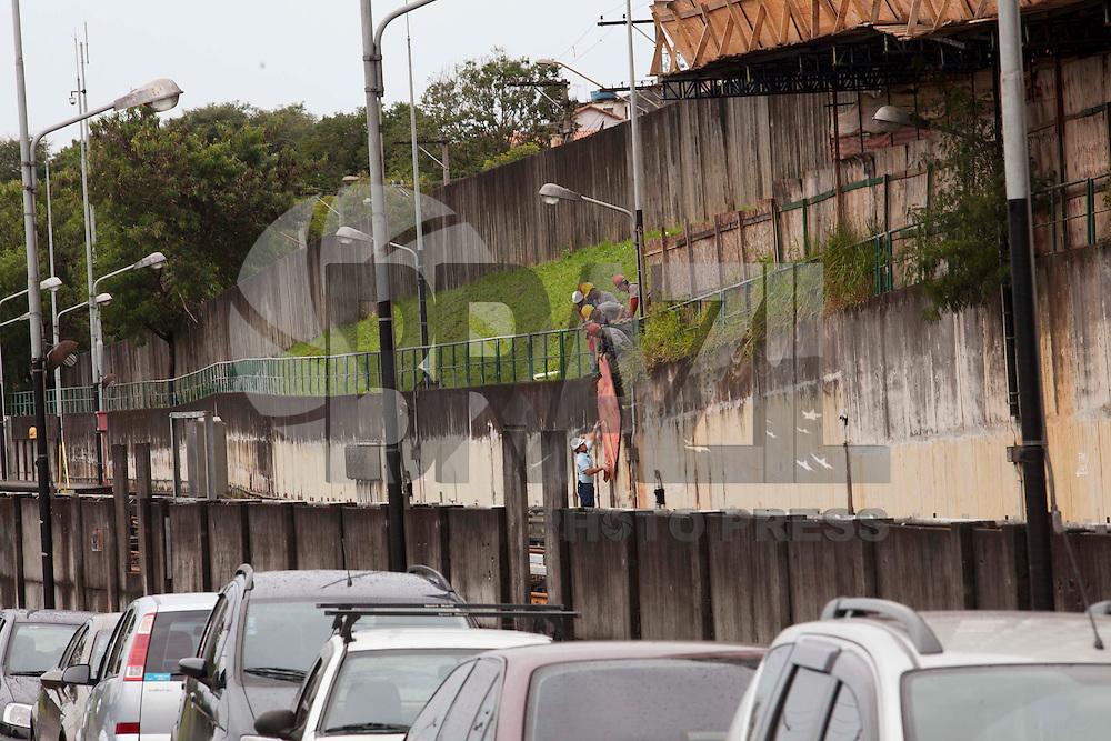 SAO PAULO,SP, 20 DE JUNHO DE 2012 - PROBLEMA NO METRO - Ventos fortes fez com que varias placas de madeira compensada caissem sobre a linha do metro, na estacao Tucuruvi, zona norte da cidade, no inicio desta tarde de quarta-feira, 20, interditando parcialmente a circulacao de trens. As placas de madeira compensada, fazem parte da obra do futuro shopping center Tucuruvi, elas despena.  FOTO RICARDO LOU/BRAZIL PHOTO PRESS